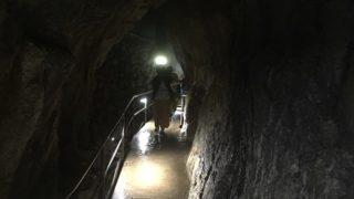 雨の中海水浴場と鍾乳洞