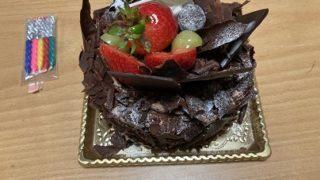 誕生日はいつものケーキでお祝い:次男(令和二年)